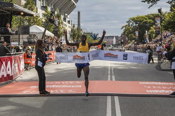 James Mwangi Wangari fa tremare il record del mondo alla Mezza Maratona di Copenhagen
